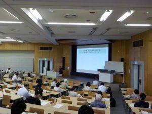 周藤利一教授による「新築マンション・中古マンションの買い方」の講義風景